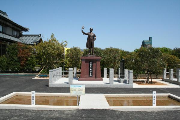 石黑さんの銅像