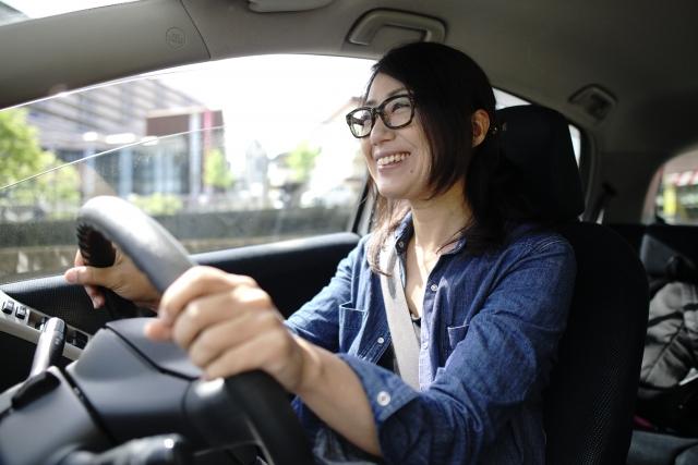 運転中の女性画像